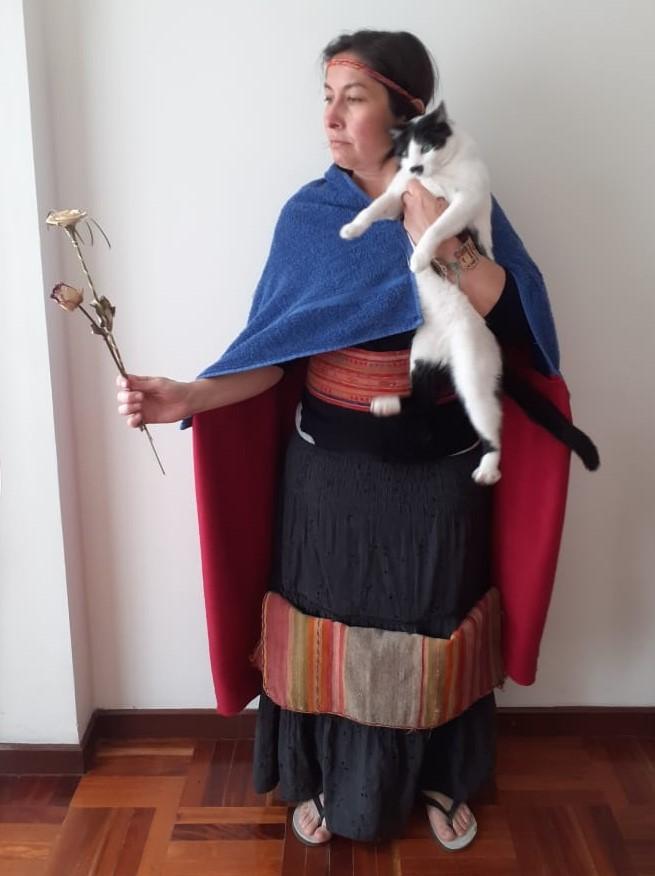 La investigadora Bianca de Marchi participó junto con su gato haciendo cosplay de Chimpo Ocllo Coya.