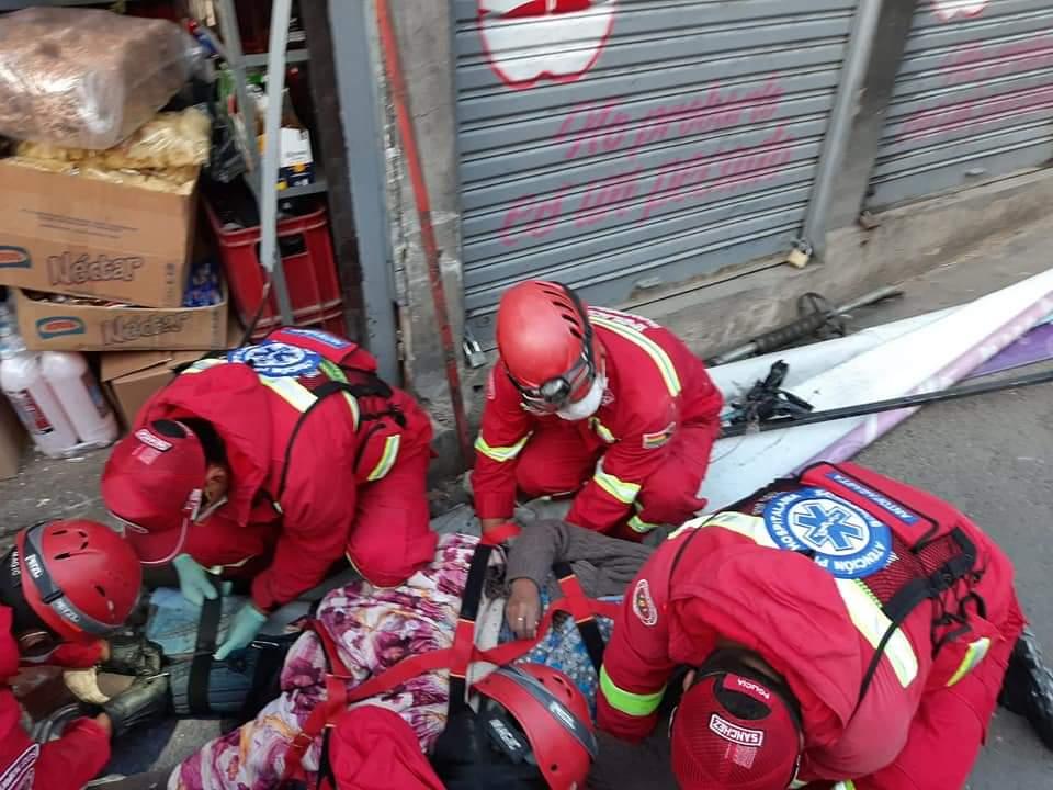 Bomberos rescata a-la mujer que resultó herida en el choque de un minibús.