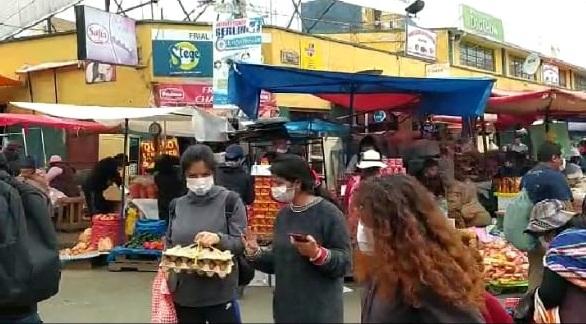 Personas con barbijos en el mercado Rodríguez.