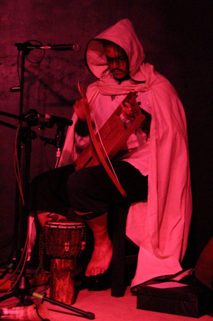 Gino Ostuni toca el tagelharpa