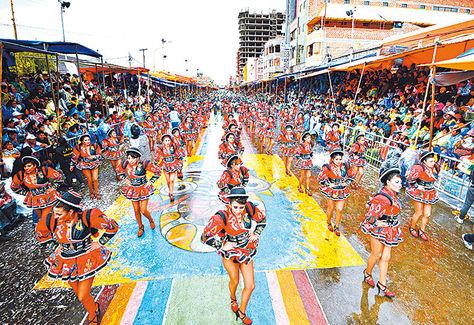 Color. Un grupo de bailarinas durante el Carnaval de Oruro 2015.