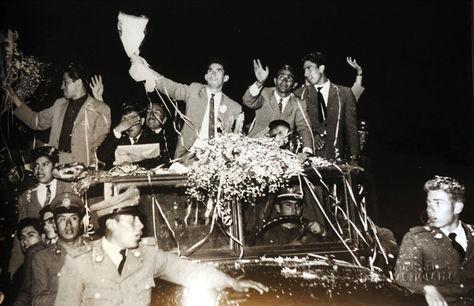 """Los seleccionados bolivianos celebrando con la gente en 1963. Foto: Mario """"Cucho"""" Vargas"""