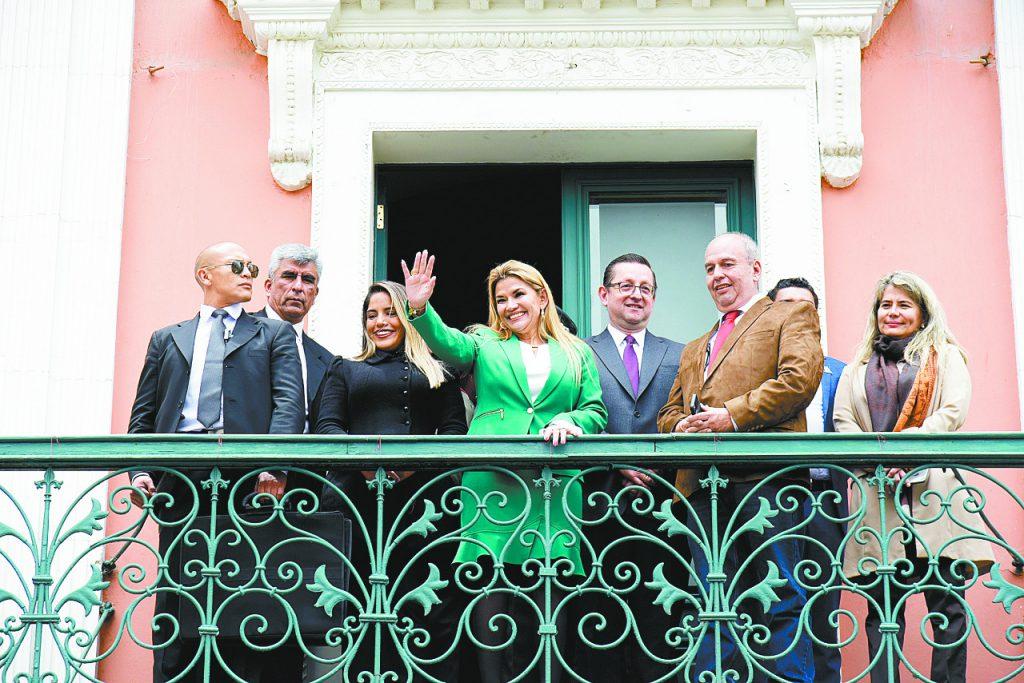 Jeanine Áñez, flanqueada principalmente por Yerko Núñez, Arturo Murillo y Óscar Ortiz.
