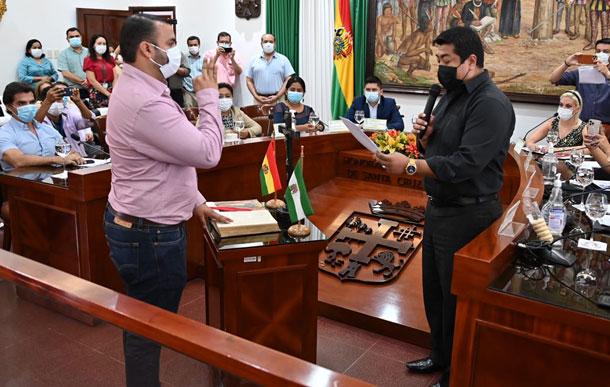 Hijo de Jhonny Fernández jura como alcalde interino de Santa Cruz